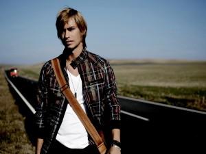 Postal: El cantante Carlos Baute en la carretera