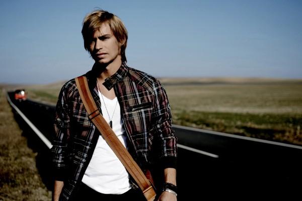El cantante Carlos Baute en la carretera