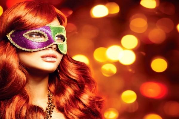 Modelo con una máscara