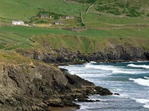 Postal: Casas y ganado cerca del acantilado