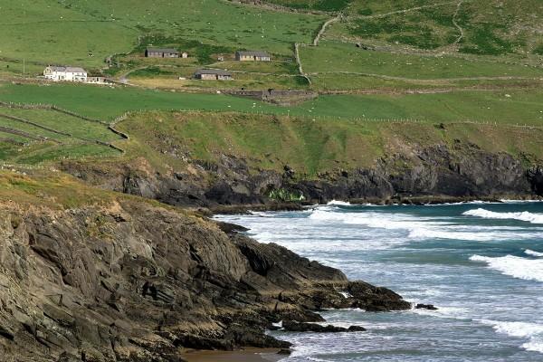 Casas y ganado cerca del acantilado