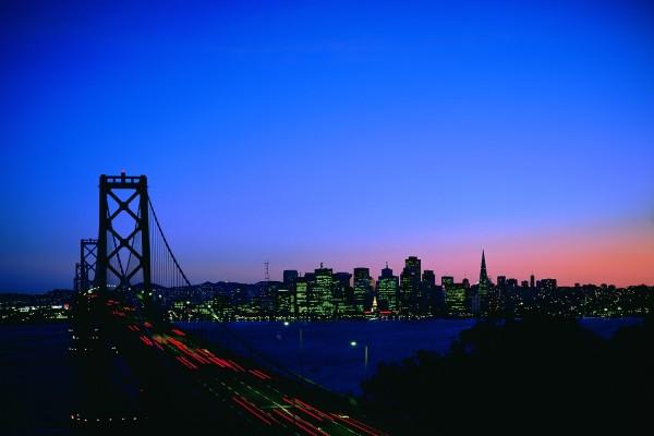 Las luces de los coches sobre el puente