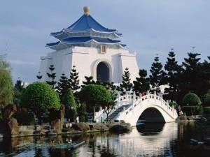 Puente en el Salón Conmemorativo de Chiang Kai-Shek (Taiwan)