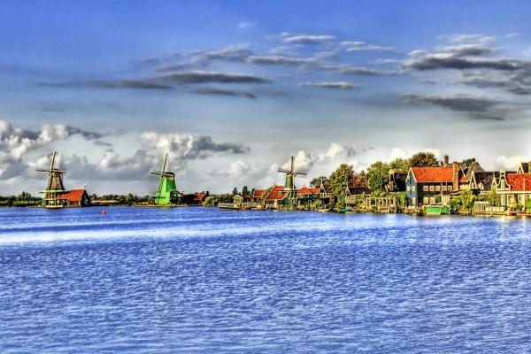 Molinos y casas junto al agua