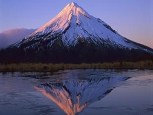 Montaña reflejada en el lago helado