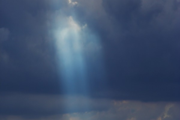Suave luz entre las nubes