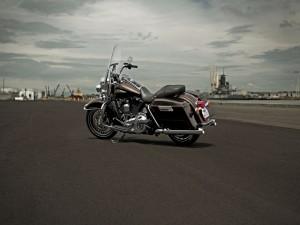 Postal: Harley Davidson en el asfalto