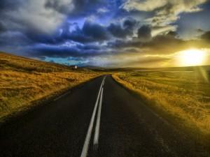 En la carretera al amanecer