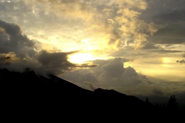 El sol y el cielo cubiertos de nubes