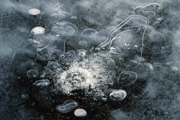 Burbujas bajo el hielo