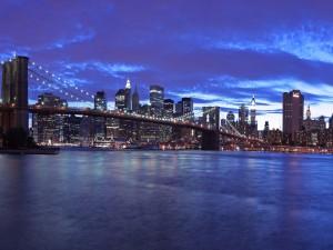 Cae la noche sobre el puente de Brooklyn