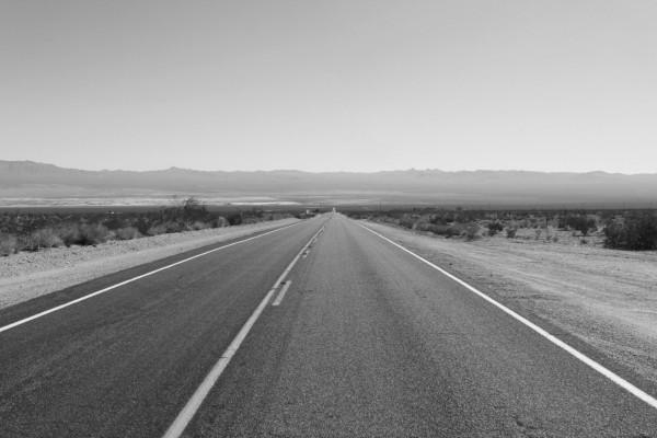 Carretera en blanco y negro