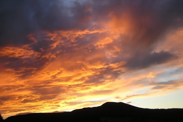 Nubes cubriendo el cielo al atardecer