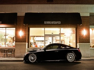Postal: Coche aparcado en la pizzería