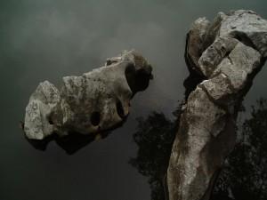 Grandes piedras en el agua