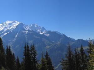 Nieve en la cima de las montañas