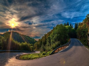 El sol iluminando la carretera