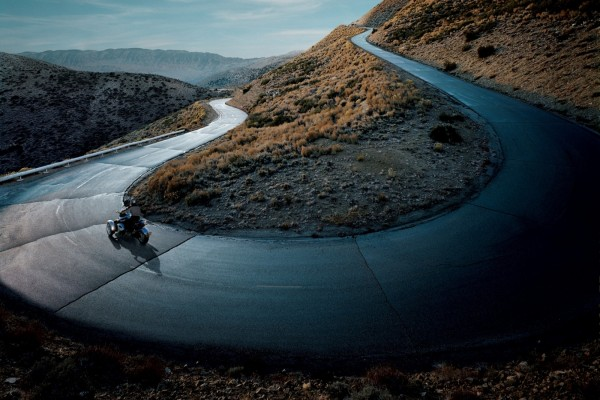 En moto por la carretera