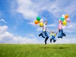 Familia feliz con globos