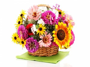 Cesta con flores primaverales