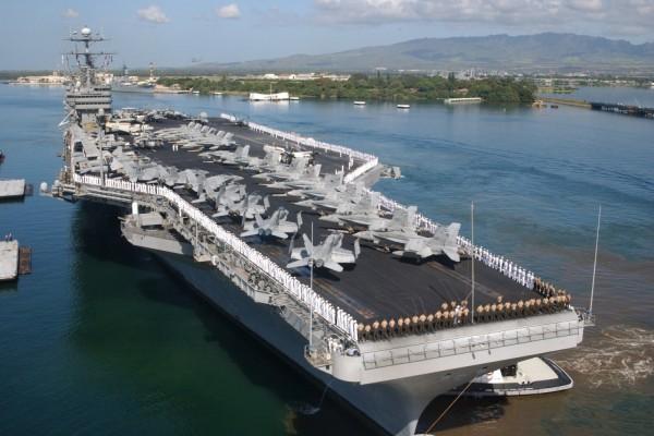 Militares en formación sobre el portaaviones