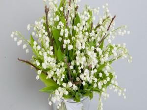 Ramo de flores blancas en un jarrón
