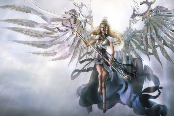 Reina con grandes alas