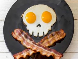 Postal: Para piratas: huevos y tocino sobre un plato negro