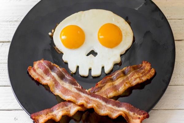 Para piratas: huevos y tocino sobre un plato negro