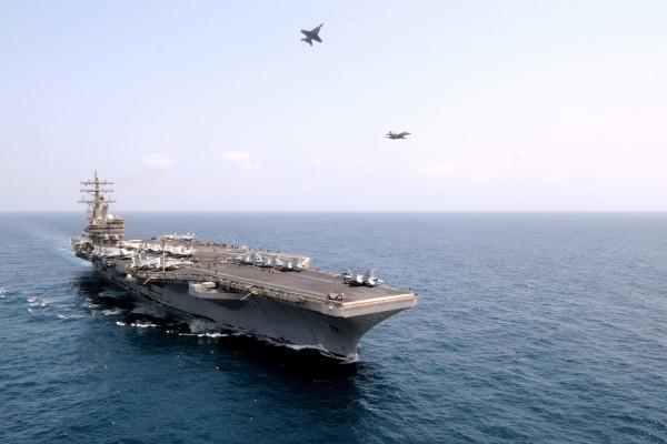 Aviones en el aire cerca del portaaviones