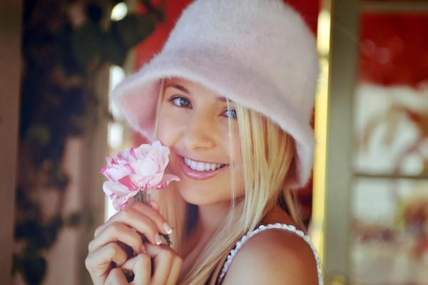 Sonriendo con una flor