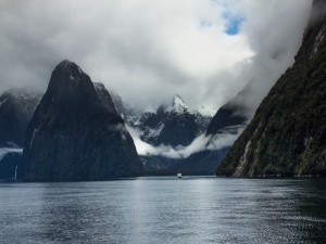 Paseando en una embarcación por un lago de Nueva Zelanda