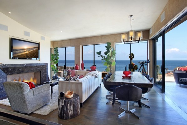 Sala de estar con ventanales que dan al mar