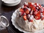 Pastel cubierto con nata y fresas