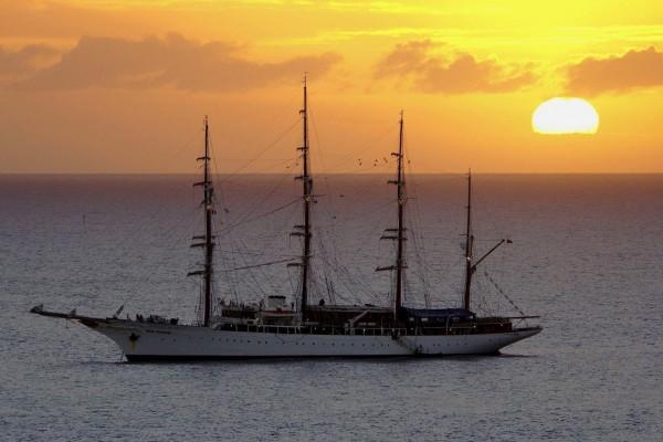 Barco en el mar al atardecer