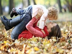 Postal: Madre jugando con su hija