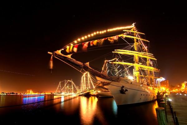 Barcos iluminados en el muelle