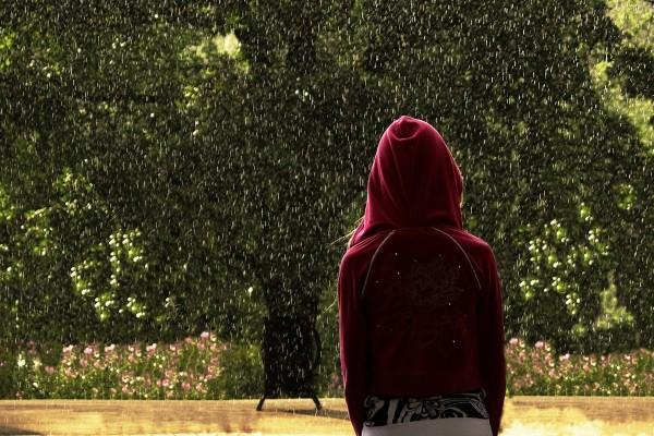 En el parque bajo la lluvia