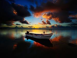 Postal: Barca anclada al atardecer