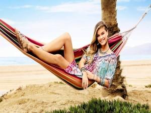 Nina Agdal sentada en una hamaca