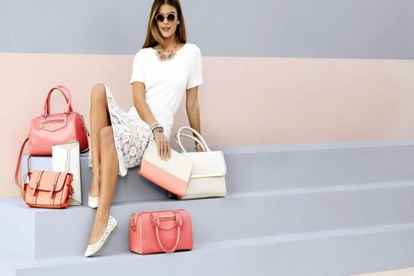 La atractiva modelo Nina Agdal junto a bolsos y carteras