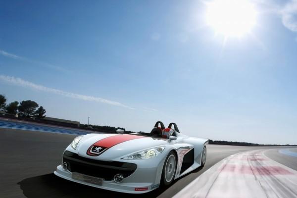 Un auto Peugeot en carrera