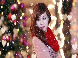 Postal: Modelo entre nieve y corazones