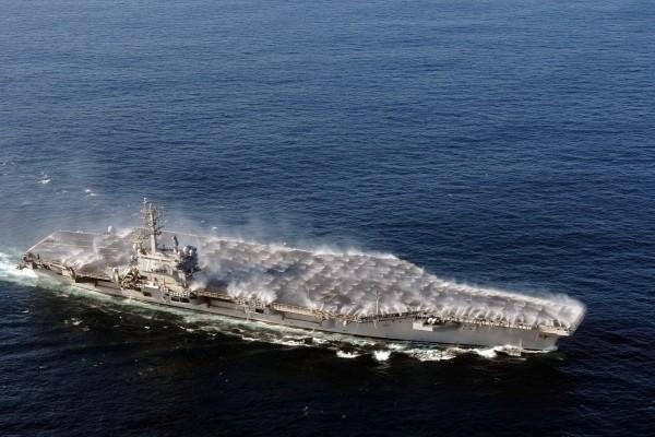Agua sobre el portaaviones
