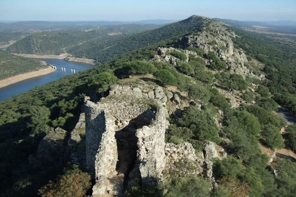 Vista del río Tajo y parte del castillo de Monfragüe