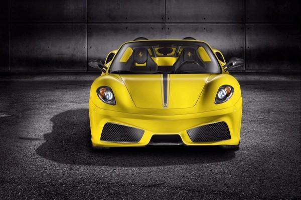 Bonito Ferrari amarillo