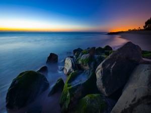 Grandes piedras en el mar en calma