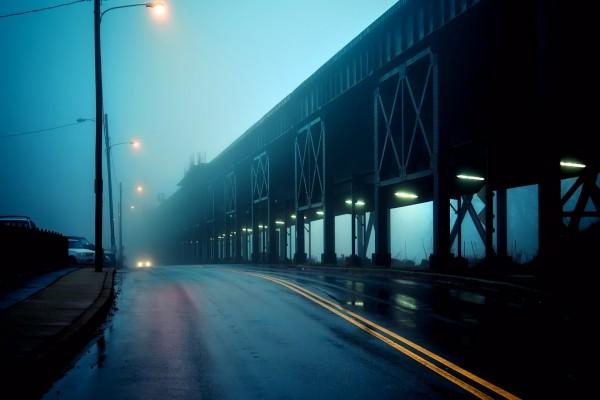 Oscuridad y niebla en la carretera