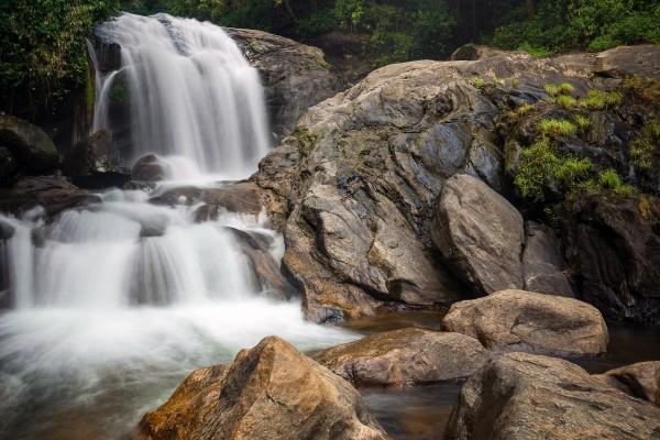 Agua fluyendo sobre las piedras