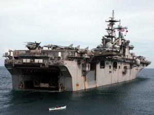 Barca junto al portaaviones